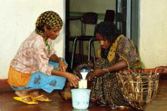 Selling milk in Ethiopia. Photo: ILRI (Flickr Images)